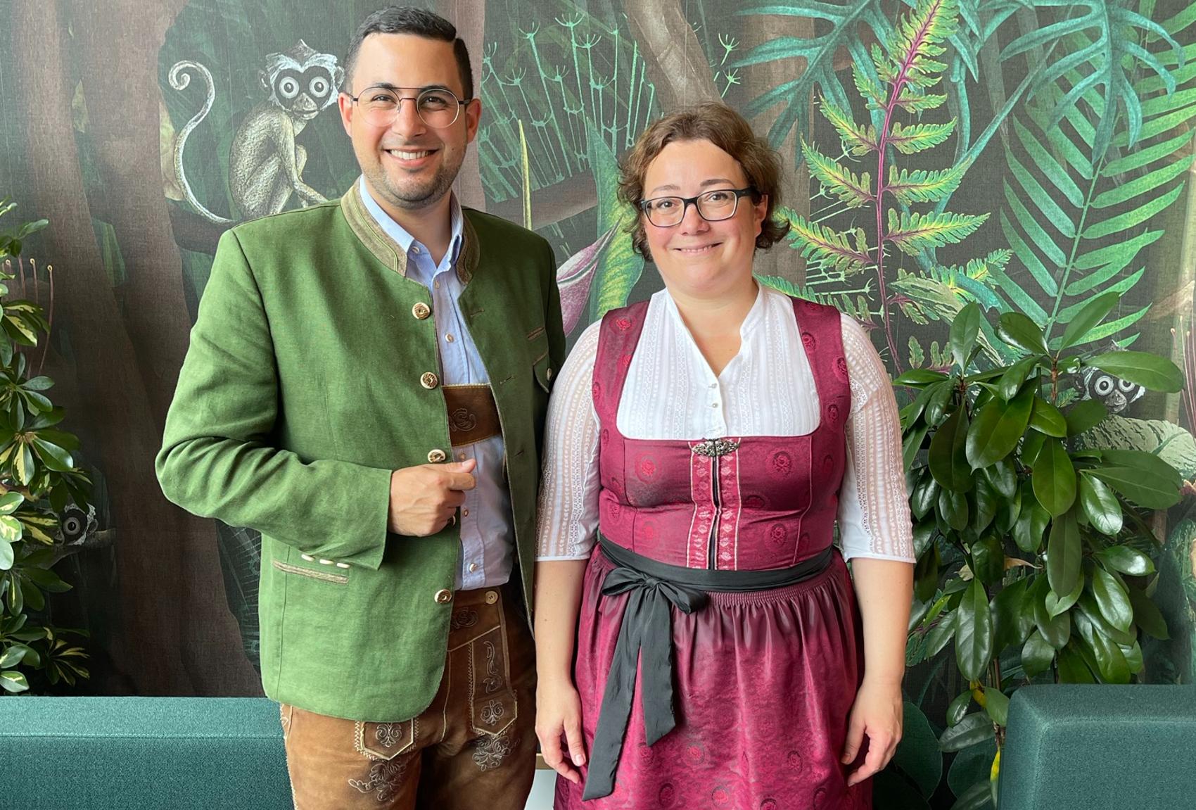 Wenige Minuten vor dem Vortrag: vlnr. Richard Gruber und Kerstin Bürkl in Tracht